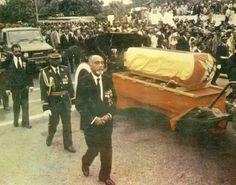 Funeral de Samora Machel, o caixão de machel coberto com a bandeira de Moçambique e carregado no armão militar. À frente, Marcelino dos Santos. Funeral, Popular, Shoes, Santos, Military, Zapatos, Shoes Outlet, Most Popular, Popular Pins