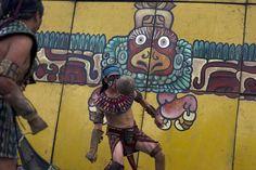 Pelota Maya (Guatemala). El juego de pelota mesoamericano o tlatchtli en náhuatl fue un deporte con conotaciones rituales, jugado desde 1400 a. C. Se debía golpear la pelota con la cadera e introducirla en un aro de piedra.