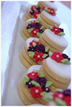 Bolinho de cookies tamanho mini - 3 cookies na base e 3 no topo, decoração mini flores