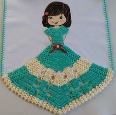 Pano de prato feito com pintura feita a mão e um lindo barrado de crochê, tecido de ótima qualidade 100% algodão. Lindo para decorar sua cozinha ou para presentear. Medida do pano de prato com o barrado 0,82x0,48 cm. Fazemos na cor que desejar! Crochet Doll Dress, Crochet Doll Clothes, Crochet Doll Pattern, Crochet Patterns, Diy Crochet, Crochet Crafts, Crochet Angels, Doilies, Diy And Crafts