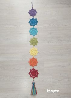 Los siete chakras a crochet Crochet Home, Crochet Gifts, Free Crochet, Knit Crochet, Crochet Stitches, Crochet Patterns, Dream Catcher Patterns, Crochet Wall Hangings, Les Chakras