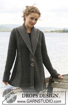 Veste DROPS à plis, tricotée de travers au point mousse en Karisma. Du S au XXXL. À tricoter également en Merino Extrafine ~ DROPS Design