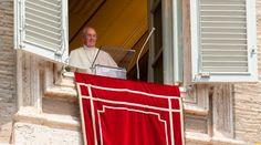 """VATICANO, 08 Nov. 15 / 07:56 am (ACI).-   En el rezo del Ángelus, el Papa Francisco afirmó que la caridad está en dar de lo que es indispensable para uno, no de lo superfluo, por lo que """"tú puedes tener mucho dinero, pero estar vacío: no hay plenitud en el corazón""""."""