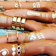 Flash Tattoos: How to Wear Them and Look Cool. I want a flash tattoo Gold Tattoo, Metal Tattoo, Tattoo Art, Paint Tattoo, Flash Tattoos, Love Bracelets, Cartier Love Bracelet, Jewelry Accessories, Fashion Accessories