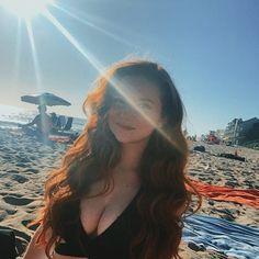 Gorgeous Redhead, Gorgeous Women, Francesca Capaldi Instagram, Red Curls, Zendaya Style, Red Hair Woman, Warrior Girl, Photography Poses Women, Redhead Girl