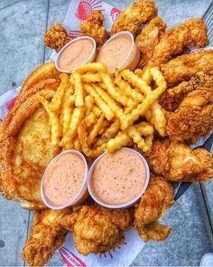 Food Porn🍟❤️ shared by 𝖕𝖗𝖎𝖓𝖈𝖊𝖘𝖘 ♡ on We Heart It I Love Food, Good Food, Yummy Food, Comida Disney, Food Goals, Aesthetic Food, Food Cravings, Junk Food, Food Porn