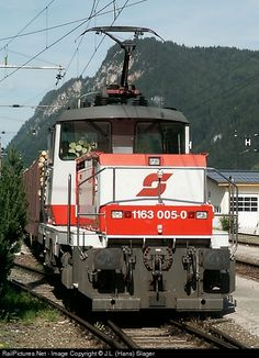Net Photo: ÖBB Austrian State Railways ÖBB 1163 at Radstadt, Austria. Electric switcher at Radstadt Station by J. Swiss Rail, Rail Transport, Bonde, Electric Train, Train Engines, Electric Locomotive, Commercial Vehicle, Train Travel, Model Trains