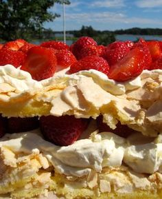 Britatårta till midsommar (Recipe in Swedish but doesn't it look yummy! Grandma Cookies, Cake Recipes, Dessert Recipes, Scandinavian Food, Swedish Recipes, Strawberry Cakes, Recipes From Heaven, International Recipes, Cakes And More