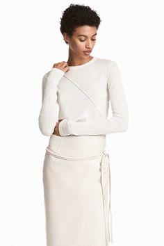 Weiß. PREMIUM QUALITÄT. Langarmshirt aus einer Baumwoll-/Seidenmischung. Modell mit Abnähern an Vorder- und Rückenteil.