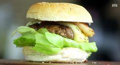 Imagine um burger com queijo, alface, tomate, uma geleia de pimenta e cebolas caramelizadas na chapa. Esse é o Spice Jelly Burger do canal Sanduba Insano.