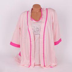 Комплект за бременни от две части - халат и нощница - изработени от мек памук в бледоророзов цвят и украсени с кантове в розово. Нощницата е с малки розови копчета на бюста за улеснение при кърмене и къси ръкави. Деколтето и е обло, а по средата е с апликация сладки мечета. Халатът е с три-четвърти дълги ръкави