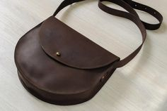Women's bag from Lovely genuine leather Arth. … Women's bag from Lovely genuine leather Arth. Without pockets and lining, closes on a holster screw. Creative Bag, Leather Bag Pattern, Leather Workshop, Diy Handbag, Minimalist Wallet, Leather Wallet, Leather Bags, Leather Projects, Vintage Bags