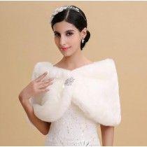 Boléro de mariée pas cher en fausse fourrure ivoire large encolure étole pour robe de mariée ornée d'une broche florale