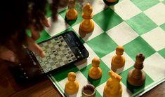 Michelle, de 16 anos, treina xadrez online (Foto: Reprodução/RBS TV)