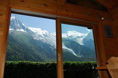 Depuis l'intérieur, vue sur l'Aiguille du Midi, le mont Blanc du Tacul et le…