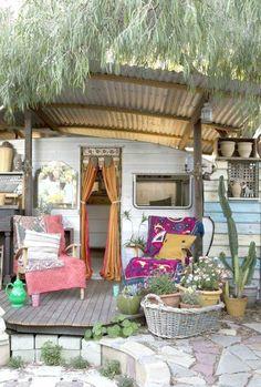 vivre dans une caravane en style bohème, coin de repos extérieur