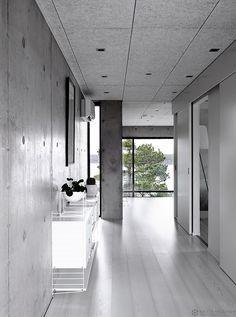 betonitalo-photo-krista-keltanen-07 Less Is More, Minimalist Living, Decor Interior Design, Modern Rustic, Interior And Exterior, Beautiful Homes, Entrance, Villa, Contemporary