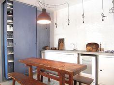 Cozinha com armario e painel azul mineral. Mesa TCouto. Luminária Muuto. Iluminação com pendentes.