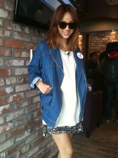 simple t shirt with boxy blue jacket! and patterned skirt helps to escape monotonous fashion Lee Hyori, Korean Celebrities, Celebs, Korea Street Style, Celebrity Beauty, Miranda Kerr, Most Beautiful Women, Pretty People, Hair Inspiration