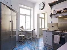the high ceilings, huge fridge, gas stove, neat tile floor and all that light: this is pretty much it for me