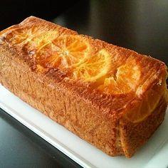 İyi akşamlar canlar portakallı kek en sevdiğim keklerden biri mis gibi kokusu ve tadıyla akşam çayına eşlik ediyor sizlerde eminim seviyorsunuzdur denemeyen arkadaşlarada tavsiyemdir buyrun portakallı baton kek tarifine  3 adet yumurta * 1,5 su b. tozşeker * 1su bardağından bir  parmak eksik sıvıyağ * yarım su b. portakal ve limon suyu * 1 yemek k. portakal kabuğu rendesi * 1 paket kabartma tozu * 1 paket vanilya * 2 su b. un * 1 adet portakal  İlk önce yumurta ve tozşekeri mikserle çırpı..