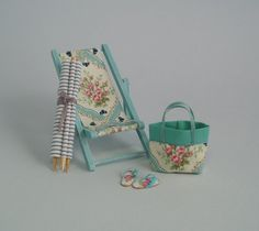 Turquoise Folding Deckchair - or Scale Dollhouse Miniature, Vintage… Vitrine Miniature, Miniature Houses, Miniature Dolls, Diy Dollhouse, Dollhouse Miniatures, Dollhouse Tutorials, Miniature Furniture, Dollhouse Furniture, Miniature Beach Scene
