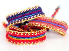 Pulseira bordada com correntes, disponível em diferentes cores!