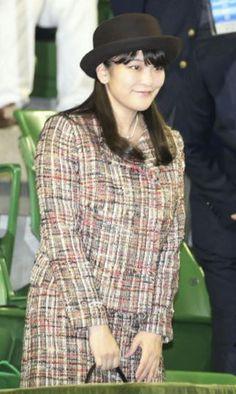 November 8, 2015秋篠宮家の長女・眞子さまは8日、東京・有明コロシアムで、全日本テニス選手権の男子シングルス決勝戦を観戦された。先月、日本テニス協会名誉総裁に就任して以来初めての観戦で、試合中はサーブの速さについて「どのくらいのスピードが出ているんでしょうか」などと尋ねられていたという。   試合終了後は初めて表彰式に臨み、初優勝した内山靖崇選手(23)に握手した後、笑顔で天皇杯を手渡された。「大変いい試合でした」と感想を述べ、観戦を楽しまれた様子だったという。