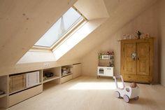 Una bella cameretta con pareti interamente rivestite in legno #mansarda #kidsroom #attic #skylight