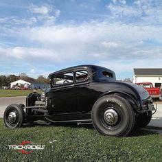 bs29er Hot Rod Trucks, Old Trucks, Classic Car Garage, Classic Cars, Trick Riding, Old Hot Rods, Car Man Cave, American Graffiti, Traditional Hot Rod