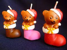 Vela no formato de bota de Natal com Urso, produzida em cera a base de óleo vegetal, acondicionada em caixa de acetato transparente. <br> <br>Pode ser aromatizada nas essencias de chocolate, baunilha, cravo, canela, mel, noz moscada. <br> <br>Vela pintada a mão com tinta a base de água