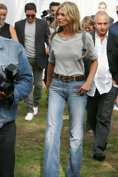 Kate Moss Style Evolution: explore her style over the years, with her most memorable looks. Chart Kate Moss' style over twenty years on Vogue. Estilo Kate Moss, Mode Outfits, Casual Outfits, Moss Fashion, Fashion Cv, Style Fashion, Kate Moss Style, Look Jean, Estilo Jeans