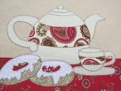 Tecido em algodão colorido. Patch aplique de Bule de chá, Xícara e Rosquinhas. Bordado em ponto caseado. Barra e aplicação em tecido 100% algodão. Sob encomenda, as estampas podem sofrer alterações, mantendo as tonalidades.