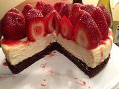 Cheesecake with brownie crust and strawberries Strawberry Topping, Strawberry Cheesecake, Delicious Desserts, Sweets, Healthy Recipes, Cookies, Chocolate, Eat, Cukor