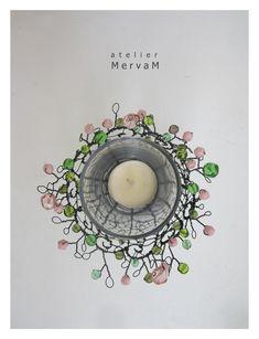Svícínek+pro+vílu+-+kvetu+růžově...+Svícen+(malinký+košíček)+z+drátu,+je+zdobený+korálky+v+růžové+a+zelené+barvě.+Působí+jemně+a+křehce,+je+však+pevný+a+stabilní.+Ozdobí+pokojíček+nejen+malé+víly,+ale+každé+romantické+duše...+Rozměr:+výška+8+cm+(s+ozdobným+nadpletem+cca+9+až+10+cm),+průměr+cca+8+cm+Děkuji+za+dodržování+autorských+práv.