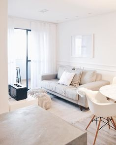 E a felicidade dessa arquiteta/recém-casada/dona de casa  por finalmente ter cortina na sala! 🙌🏻 😊 #apto2201 #grateful #interiordesign #whiteinterior #mynordicroom #scandinaviandesign #beearquiteturacriativa