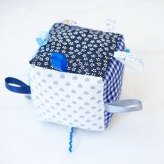 Rassel - Würfel 100% von Hand genäht - DIE BUNTIQUE Diaper Bag, Hand Sewn, Great Gifts, Threading, Handarbeit, Diaper Bags