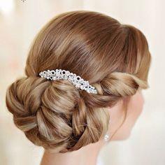 この画像は「花嫁さん必見!最高に可愛くなれる*髪型カタログ」のまとめの2枚目の画像です。