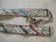 cinto con hilos de lino en bolillos