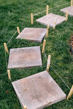 How to Lay a Stepping-Stone Path - Style Souffle Stepping Stone Paths, Stone Garden Paths, Garden Steps, Vegetable Garden Design, Garden Landscape Design, How To Lay Pavers, Backyard Renovations, Stone Driveway, Backyard Landscaping