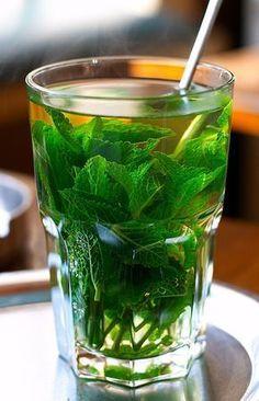 Le thé glacé à la menthe, la boisson anti canicule à avoir toujours dans son frigo !
