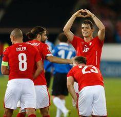 Granit Xhaka zeigt nach seinem Treffer zum 2:0 das Herz-Symbol.