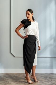 c978f95aaf Top asimétrico con hombro abullonado confeccionado en crepe blanco y negro  combinado con nuestra falda de