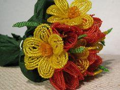 Ewig blühender Strauß aus Osterglocken(6 Stück mit Blättern) und roten Tulpen(5 Stück), die komplett aus glitzernden Glasperlen bestehen.  Verzaub...