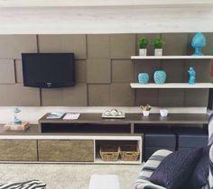 home - painel de televisão com peças espelhadas e azul tifanny. Decoração de sala