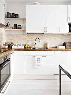cozinha com prateleira  armarios brancos piso branco pia madeira