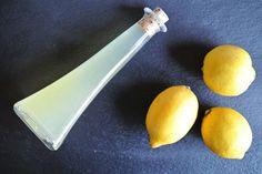 Ob Sie 1 oder 10 Zitronen (mit oder ohne Schale) übrig haben, mit dem Grundrezept für selber gemachten Zitronensirup (auch für Thermomix) geht das Haltbarmachen ganz einfach: