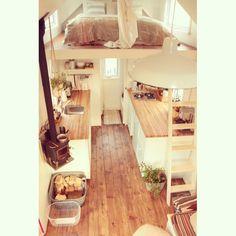 """Un nouveau """"post"""" en ligne ! Cette fois, on démystifie notre mode de chauffage choisi : le poêle à bois !  Manque plus que les effrayantes-longues-nuits-d'hiver pour vous démontrer qu'habiter dans micro, c'est possible, même au Québec !  ---> www.mamaisonlogique.com #poeleabois #woodstove #miniwoodstove"""