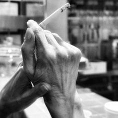 Fumando espero... #madrid #places #lugares #people #gente #urbanscenes #lg #sony #dscrx100m5 #monocromo #malasaña #spring #primavera #smoke #cigarro