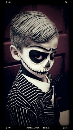 Jack Skellington costume. I found this on All Things Skull Facebook page. Halloween Makeup For Kids, Dulceros Halloween, Nightmare Before Christmas Halloween, Kids Makeup, Homemade Halloween, Halloween Skeletons, Halloween Dress, Halloween Themes, Vintage Halloween